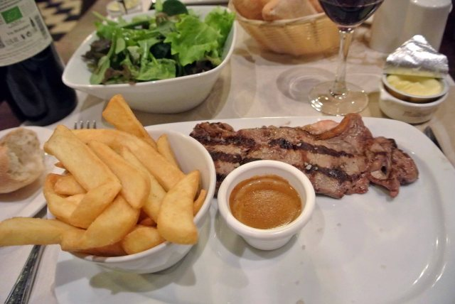 Grilled sirloin steak (approx. 180 g), chips, mixed salad and pepper sauce
